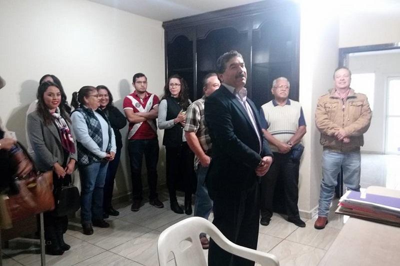 Ante el órgano electoral local, el ex panista entregó su documentación y la de toda su planilla, misma que será enviada a Morelia para su revisión y aprobación