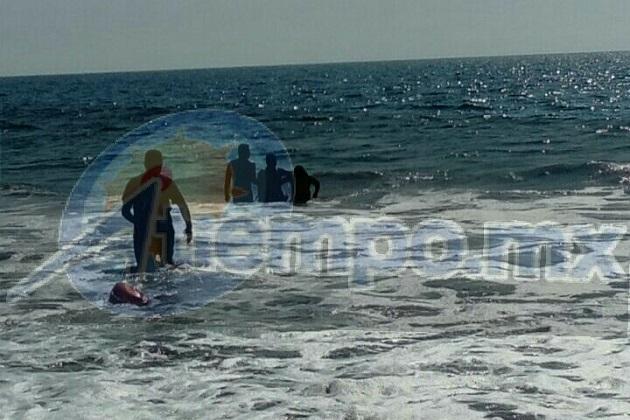 Enseguida se acercó el Cabo, Humberto Vargas, a bordo de la embarcación ECO001 de la Dirección Municipal de Bomberos y con el apoyo de salvavidas rescataron a los michoacanos