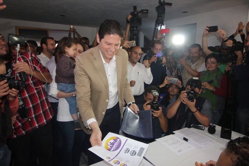 Acompañado por su familia, integrantes de su fórmula, amigos y aspirantes independientes al Congreso local y federal, Martínez Alcázar, entregó la documentación para cumplir con dicho trámite legal