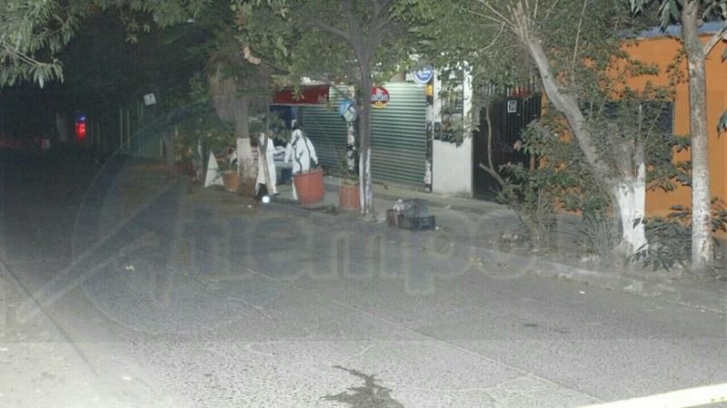 Al lugar arribó un vehículo tipo Tsuru, de color blanco, en el cual viajaban tres personas una de ellas descendió del vehículo encapuchado y disparó en contra del hoy occiso