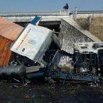 En cuestión de minutos arribaron unidades médicas de Sysmedic y Protección Civil, confirmando que el chófer se encontraba sin vida en el interior de la pesada unidad