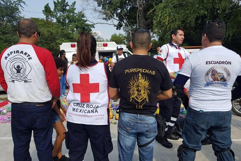 Fue la mañana de este domingo 7 de enero que las sonrisas de varios niños se dibujaron cuando llegaron el grupo de motociclistas, al igual que de Bomberos y elementos de Cruz Roja, a las comunidades de San Juan Bosco y Los Coyotes