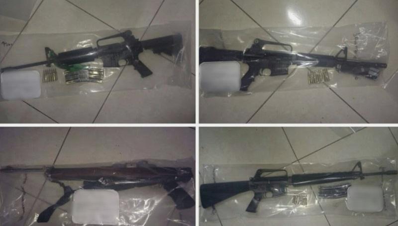 Los agentes decomisaron cuatro armas, un fusil y tres carabinas calibre .223, así como siete cargadores y 96 cartuchos útiles