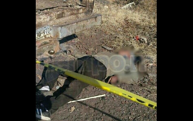 Al lugar arribaron elementos de la Policía Michoacán, los cuales confirmaron que la persona se encontraba tirada y presentaba heridas por arma de fuego a un costado de una camioneta Ford tipo F-150, de color blanco, con placas de circulación MW-30970