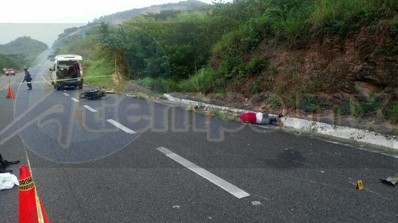 Conductores que circulaban por dicha autopista informaron a la línea de emergencia que a la altura de El Posquelite se encontraba un motociclista tirado en la cinta asfáltica y a unos metros su motocicleta