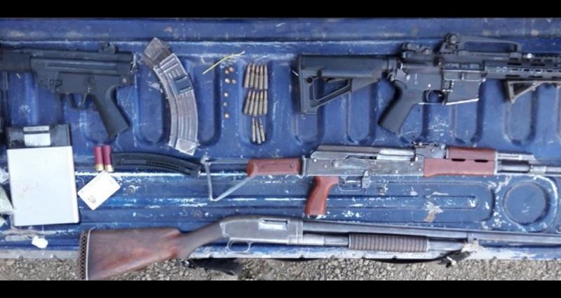 A los detenidos se les aseguraron cuatro armas calibres .223, .12, .22 y 7.62X39, con 18 municiones; dos aparatos de comunicación, una báscula gramera y diversos pagarés, además de una cuatrimoto marca Honda, color rojo, y tres envoltorios con droga