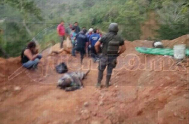 Compañeros al ver lo sucedido de inmediato realizaron labores de rescate para poderlo sacar, siendo hasta las 19:00 horas que dieron aviso a las autoridades
