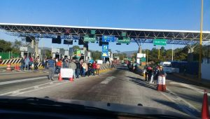 Los manifestantes están dejando libre el paso a automovilistas