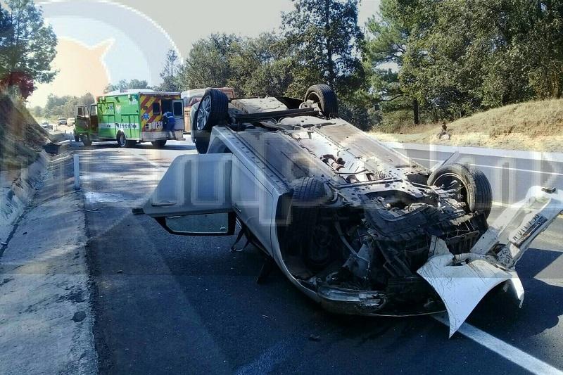 Una de las afectadas indicó que al circular por dicha autopista fueron impactadas por un tráiler, para posteriormente salirse de la carretera, chocar contra un objeto fijo y volcar
