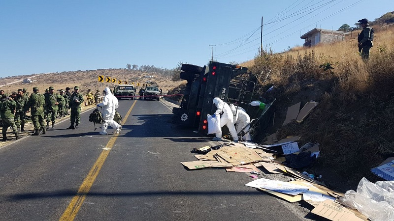 """La mañana de este sábado se registró una volcadura de un camión de la """"Policía Militar"""" sobre Salida a Mil Cumbres, donde resultaron 24 elementos lesionados entre ellos 22 mujeres y 2 hombres, así como uno más fallecido"""