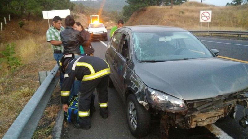 Se trata de un auto Volkswagen Golf, de color gris, con placas de circulación PFM-931-F del estado de Michoacán; una de las pasajeras resultó lesionada