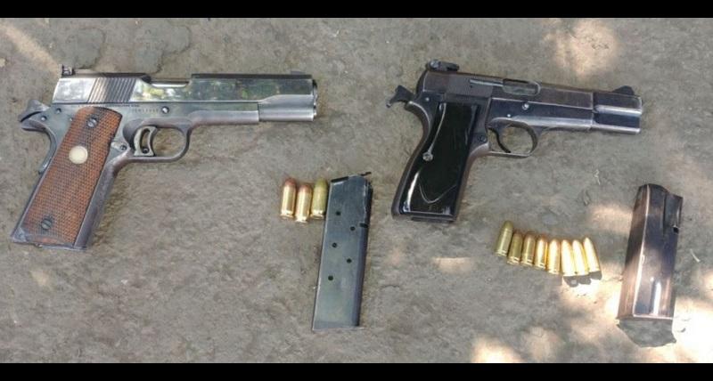 A los presuntos agresores les fueron aseguradas dos armas de fuego calibre .380, dos cargadores y 19 cartuchos de igual calibre