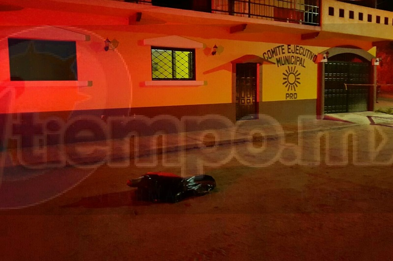 Agentes estatales y federales acordonaron el área en espera del personal de la Fiscalía de Guerrero, quienes acompañados con personal de peritos fueron los encargados de realizar las primeras indagatorias