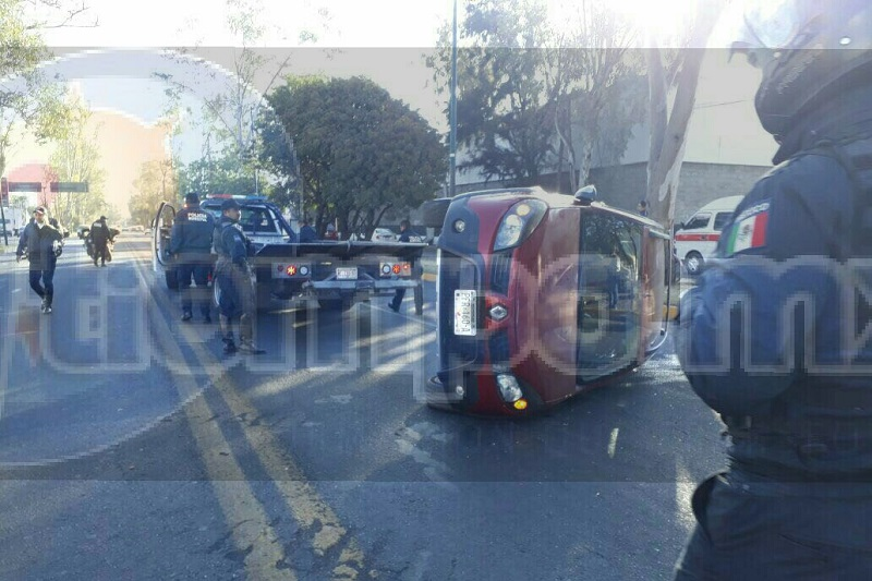 El accidente ocasionó que una pareja que viajaba a bordo de una motocicleta no alcanzara a frenar y el conductor se impactara contra la camioneta saliendo lesionada una mujer
