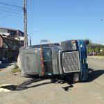 Al lugar arribaron elementos de la Policía Michoacán, quienes cerraron la vialidad mientras se realizaban las maniobras para el retiro de la pesada unidad