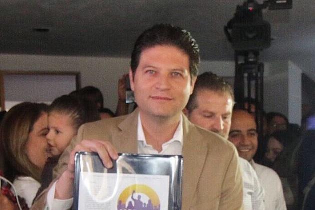 De manera especial, Martínez Alcázar felicitó a sus compañeros de planilla y a Félix Madrigal, Yankel Benítez, José Luis Gil y Clovis Remusat, aspirantes independientes a las diputaciones locales de Morelia