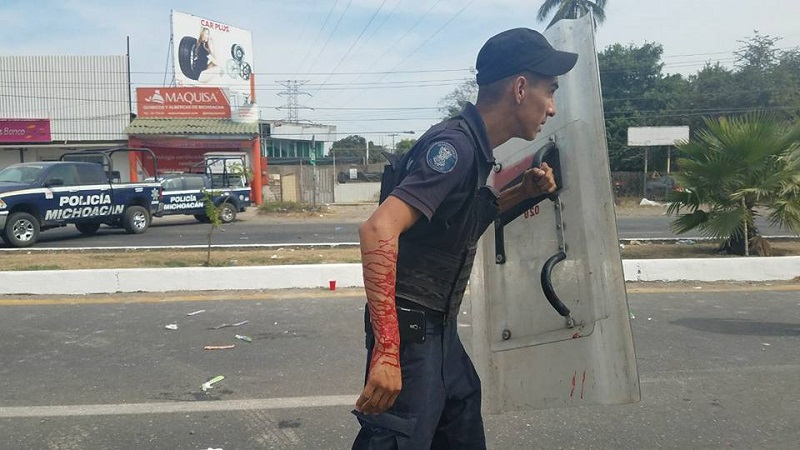 Fue pasado del mediodía cuando por motivos desconocidos se inició una nueva trifulca frente al Hotel City Express, donde con palos y piedras se empezaron a agredir entre maestros y elementos de la Policía Michoacán