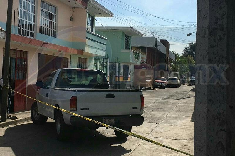 Personas que se percataron del hecho solicitaron apoyo a la línea de emergencias y en cuestión de minutos arribaron elementos de la Policía Michoacán y paramédicos