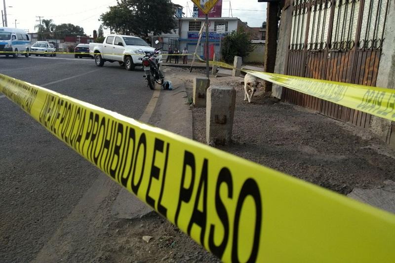 Después de una persecución fue baleado un motociclista sobre Siervo de la Nación, metros antes de la vía del tren, dónde fue atendido por paramédicos y trasladado a un hospital