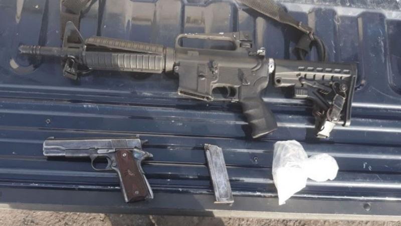 Las armas aseguradas son una pistola tipo escuadra calibre .22, --con un cargador y dos cartuchos útiles--, así como una carabina .223, además de un automotor Renault, tipo Fluence, el cual resultó con reporte de robo, y aproximadamente 100 gramos de la droga conocida como cristal