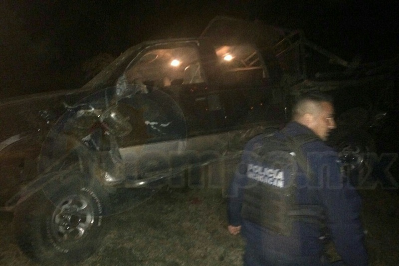 Al lugar acudieron paramédicos de Protección Civil de Peribán, así como agentes de la Policía Michoacán, los cuales localizaron a unos metros de la camioneta a una persona del sexo masculino fallecida y en el otro costado a otro masculino grave