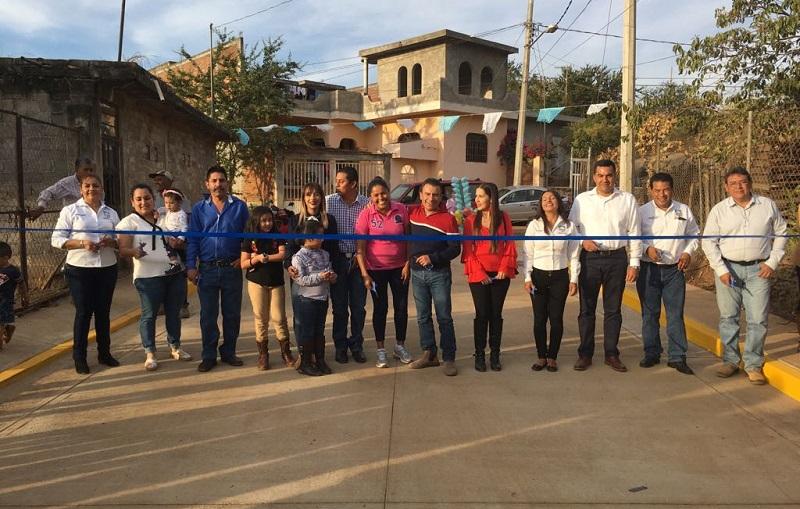 Fidel Calderón y Alejandro Chávez, habían visitado ese asentamiento el pasado 31 de mayo de 2017, en donde ofrecieron realizar no solo los trabajos de pavimentación en la citada arteria sino también labores de drenaje, alcantarillado, banquetas y guarniciones para beneficio de sus habitantes
