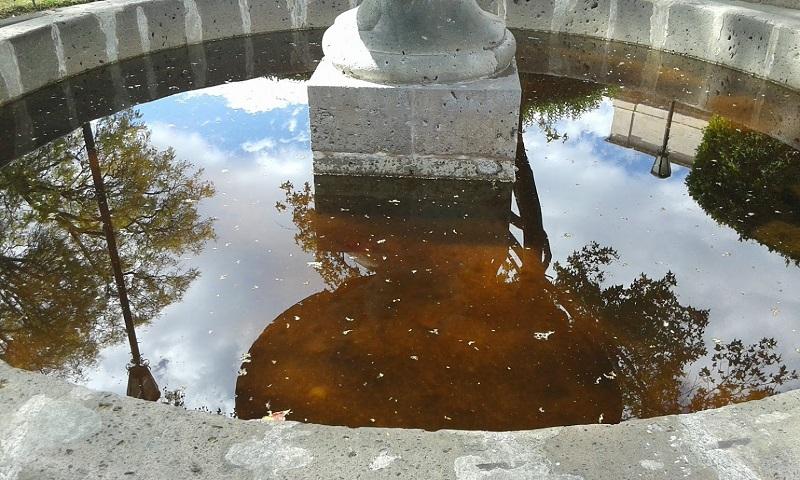 Las cuatro fuentes ubicadas en la Plaza de Armas y la que se encuentra en la adyacente Plaza Benito Juárez, cuentan con agua muy sucia, que da mal aspecto a este sitio tradicionalmente turístico y de reunión de los morelianos