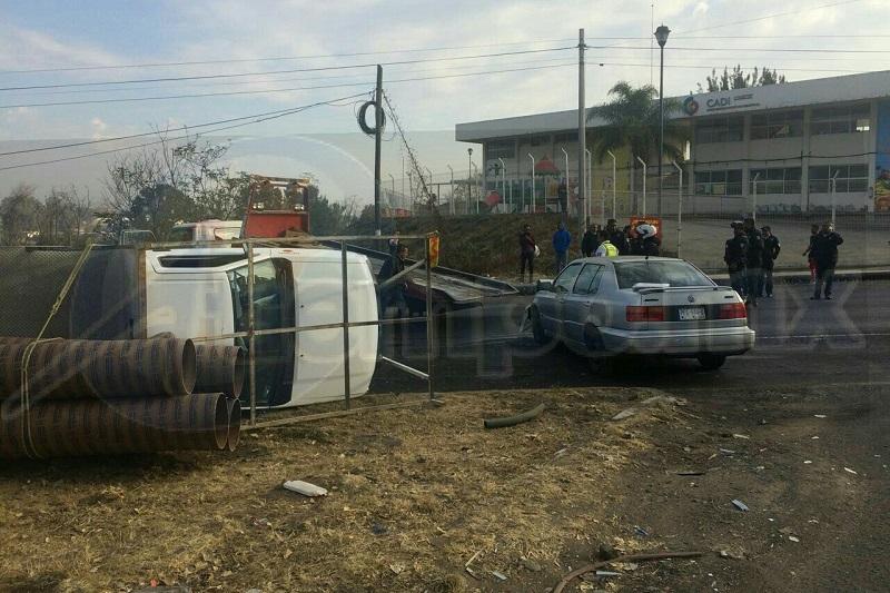 Tras el fuerte impacto la camioneta terminó volcada en el camellón central, por lo que automovilistas solicitaron apoyo a la línea de emergencias y en cuestión de minutos arribaron unidades de la Policía Michoacán