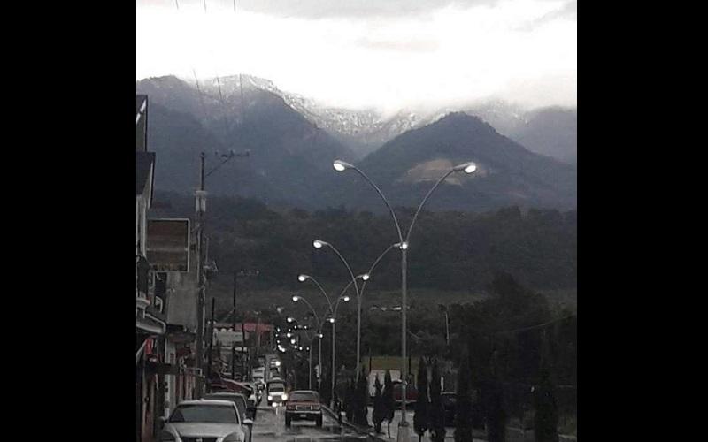 En el Cerro de Tancítaro, ubicado en el municipio del mismo nombre, se presentó la caída de agua nieve