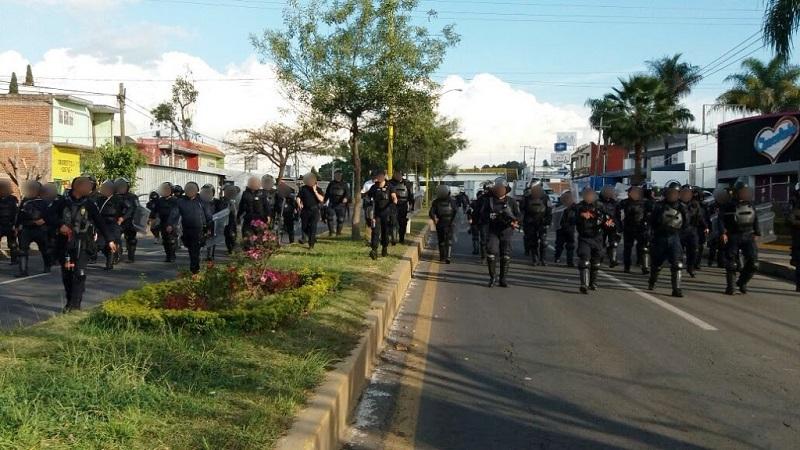 Al arribar al lugar, los uniformados solicitaron a los manifestantes retirarse; sin embargo, hicieron caso omiso y agredieron a los agentes, lo que dejó como saldo un oficial herido en el área abdominal por roce de cohetón