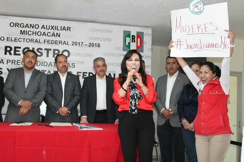 Espino Sandoval destaca sus 28 años de militancia partidista y su trayectoria política al haber ocupado cargos como la Secretaría General del PRI, regidora del Ayuntamiento de Morelia, diputada local suplente y consejera política nacional, estatal y municipal