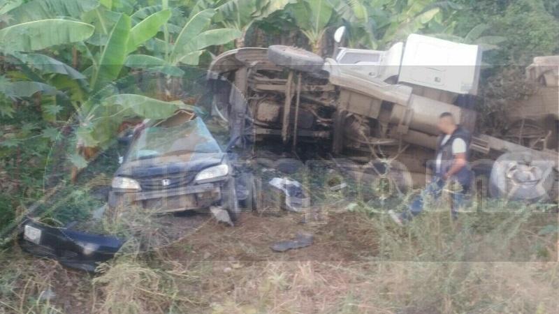Paramédicos le brindaron las primeras atenciones al conductor del vehículo compacto identificado como Ismael C., de 19 años edad, quién fue trasladado a un hospital de Tecomán y posteriormente a Colima dónde falleció