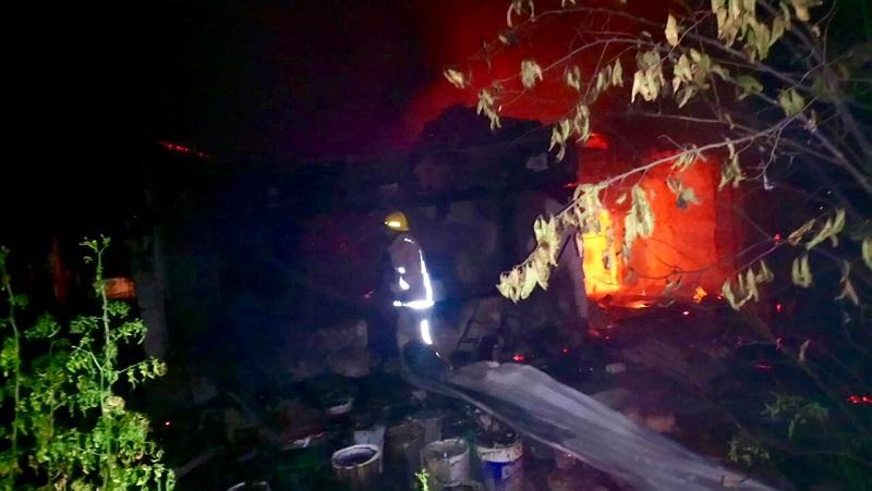 Ambos fueron rescatados de entre las llamas por los bomberos y trasladados al Hospital Regional en una ambulancia de la corporación