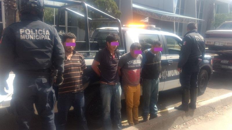 Los sospechosos fueron detenidos en posesión de tres armas cortas, dos de diabolos y una de fuego. Los mismos responden a los nombres de: José L, Rogelio C, Antonio Z, y Álvaro A.