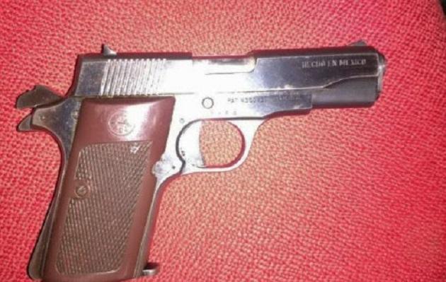 Los detenidos, de nombre Eliseo M. y Juan Gabriel M., de 49 y 39 años de edad, respectivamente, las armas calibre .380 y .22, así como el vehículo marca Honda, línea CR-V sin reporte de robo, serán puestos a disposición de la autoridad correspondiente