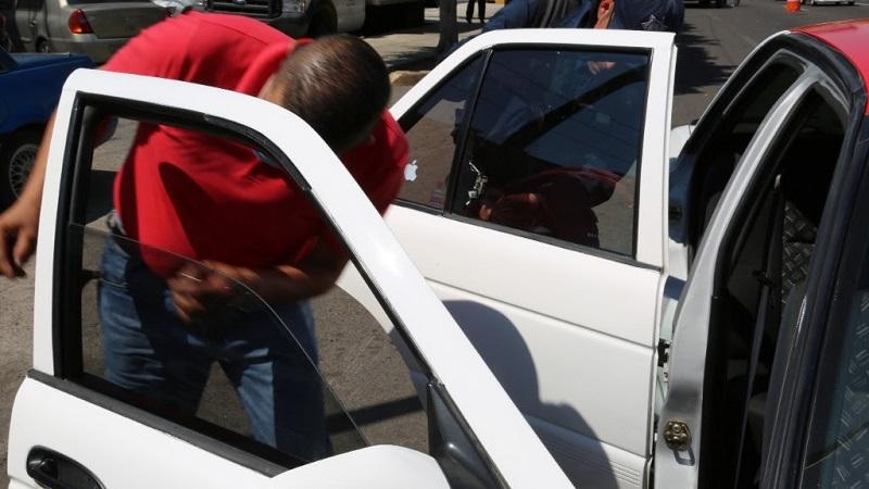 En caso de que el nivel de película impida la visibilidad de las personas que se encuentran dentro de la unidad, los uniformados solicitan a los conductores a retirar el polarizado
