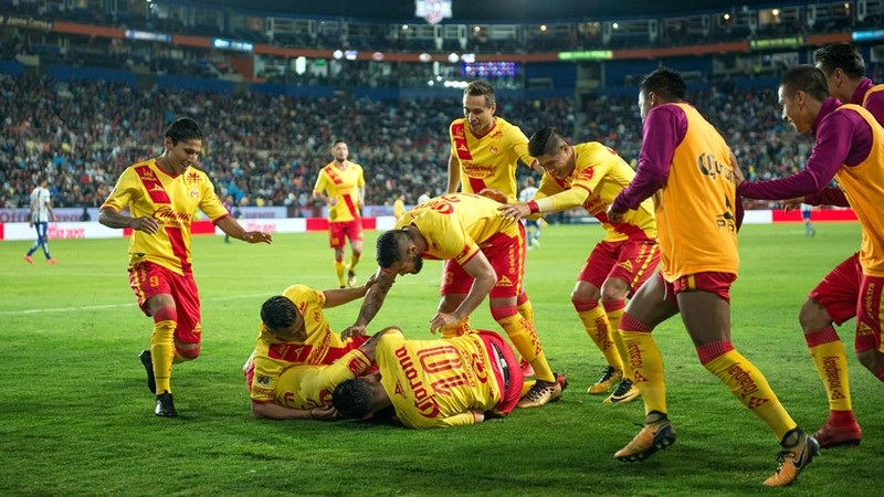 El árbitro Adonai Escobedo debió resolver una expulsión y penalti contra Pachuca en dos jugadas que despertaron la polémica y que finalmente sí favorecieron a los michoacanos en el marcador final (FOTO: MEXSPORT)
