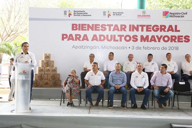 Durante el arranque de este evento, el gobernador y las autoridades hicieron entrega simbólica de parte de las 450 pólizas y despensas a personas de la tercera edad
