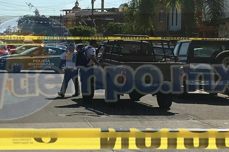 Personas que se encontraban en el lugar se resguardaron al escuchar las detonaciones de arma de fuego y solicitaron apoyo al número de emergencias, arribando en cuestión de minutos agentes de la Policía Michoacán y paramédicos