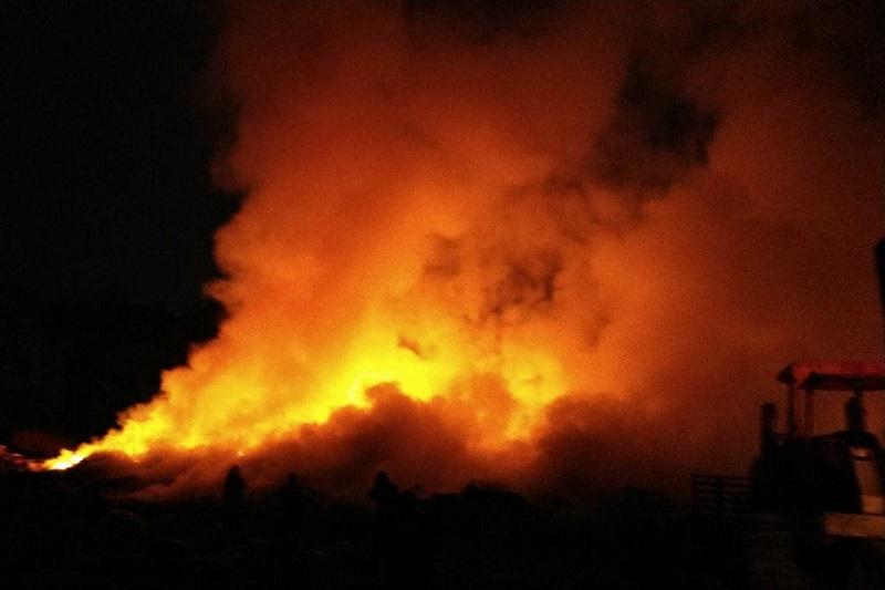 Hasta el momento, indican los reportes, el incendio consume aproximadamente el 50 por ciento del perímetro total