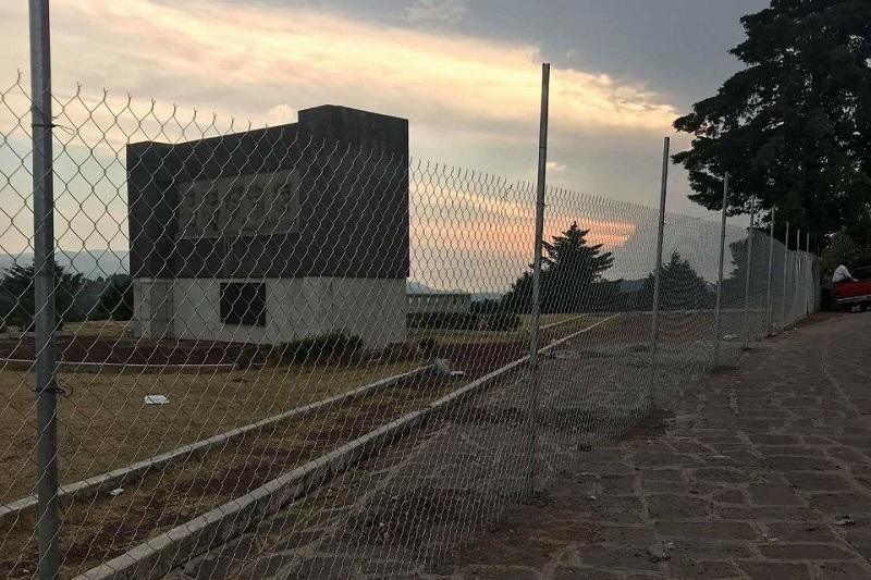 El regidor del PRD, Bernardo Bernal señaló en su perfil que el mirador ubicado en el Campo del Gallo fue cerrado por un particular, al parecer porque este predio sólo lo prestaron a la administración del PRI, que abanderó el ex alcalde Joaquín Muñoz