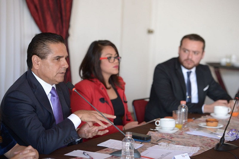 El gobernador escuchó atento las preocupaciones que han surgido en los últimos meses con respecto al panorama por el que atraviesa la institución educativa y dejó en claro que el Gobierno del Estado destinó recursos extraordinarios a la UMSNH en el ejercicio fiscal 2017