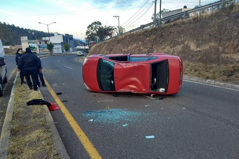 La mañana de este martes, los uniformados se encontraban brindando atención a los ocupantes de un vehículo Ford Fiesta color rojo que se volcó en la salida Mil Cumbres, cuando un Nissan March color azul se impactó contra la parte trasera de una de las unidades de la Policía de Morelia