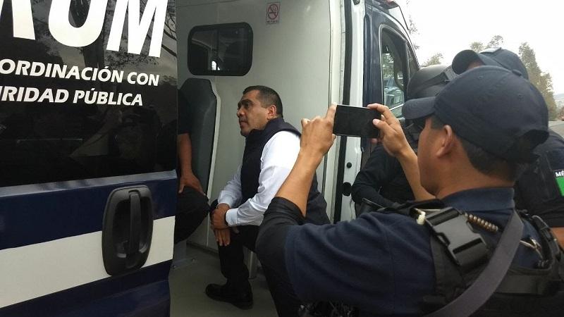 Un grupo de sujetos armados privó de la libertad a cuatro elementos de la Policía de Villa Madero cuando se encontraban realizando un recorrido de vigilancia en la colonia Buenos Aires y fueron subidos a tres camionetas