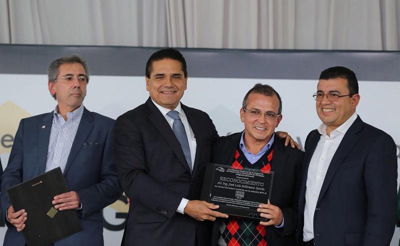 El presidente electo de la Canadevi Raymundo López y el saliente Gonzalo Méndez, reconocieron el compromiso del mandatario estatal por dar vivienda a quienes más lo necesitan.