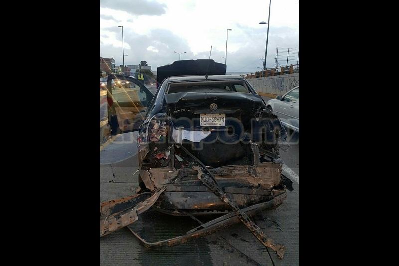 Tras el fuerte impacto resultaron dos personas lesionadas que venían a bordo del vehículo compacto, siendo aparentemente elementos de la Secretaria de la Defensa Nacional