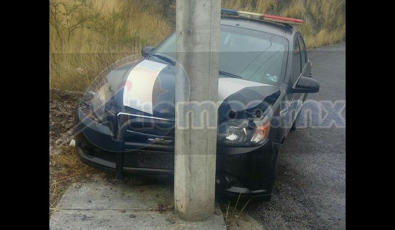 El hecho ocurrió cuando el conductor de la unidad Chevrolet, colores oficiales, con placas de circulación MC-759-A1 del estado de Michoacán, perteneciente a la Policía Auxiliar, perdió el control en una curva descendente