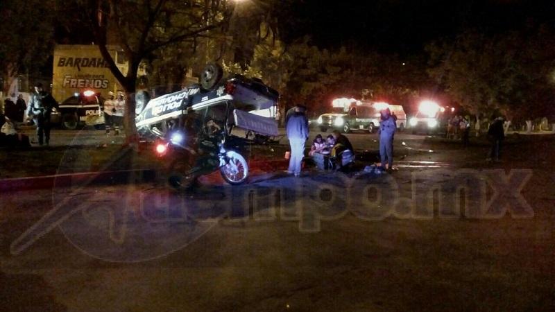 La patrulla, al ir circulando sobre la Avenida Juárez y Del Bosque, fue impactada por una camioneta Ford tipo F-250, de color rojo, con placas de circulación MU-5341-D de esta entidad, quedando completamente volcada la unidad policiaca