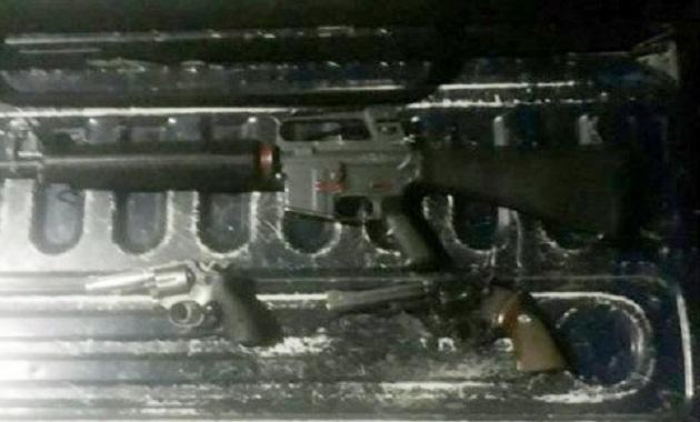 En la acción fueron aseguradas dos armas calibre 38 y 357, así como un fusil AR-15, calibre .223, un cargador, 50 cartuchos útiles, así como tres vehículos