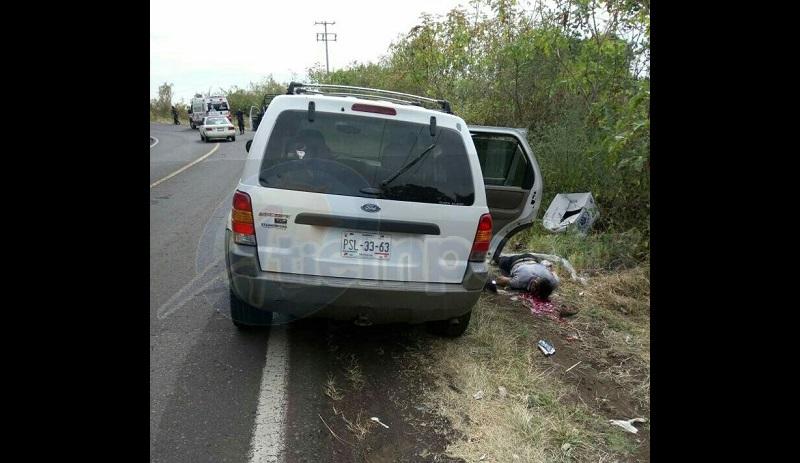 Los cuerpos de las dos personas quedaron a un costado y al frente de la camioneta, presentando varios impactos de arma de fuego